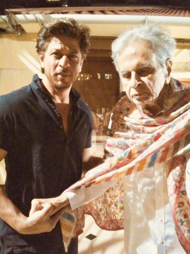 दिलीप कुमार के हाल-चाल जानने पहुंचे उनके 'बेटे' शाहरुख खान