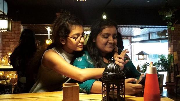'नेशनल क्रश' प्रिया वारियर असल जिंदगी में हैं ऐसी, देखिए अनदेखी तस्वीरें !