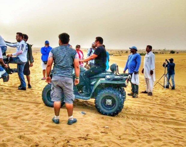 WATCH: जला देने वाली गर्मी में सलमान खान ने रेगिस्तान में की साइकिलिंग तो ढाबे पर खाया खाना