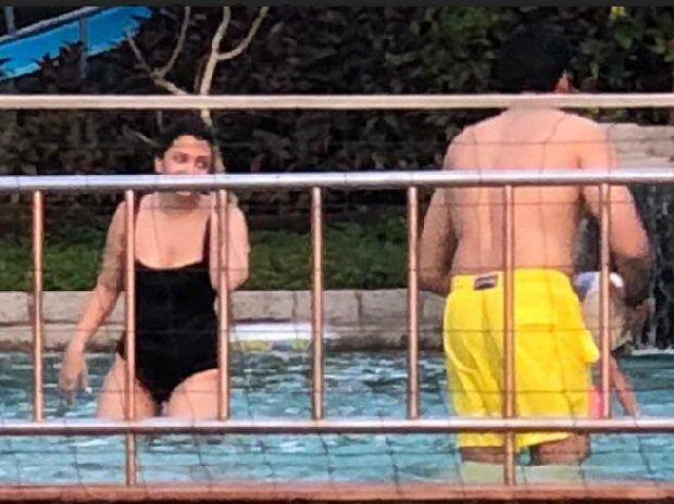 मोनोकॉनी बिकिनी पहन पूल में उतरीं ऐश्वर्या राय बच्चन का काफ़ी सालों बाद दिखा हॉट अवतार