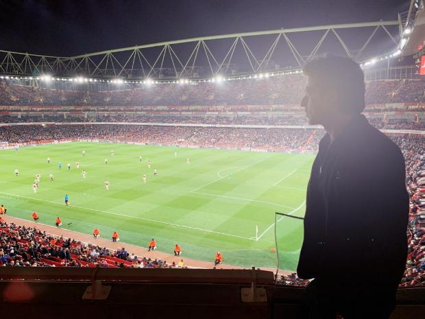 शाहरुख खान को फुटबॉल मैच के लिए अपने फुटबॉलर फ़ैन मेसुत ओज़िल से मिला खास निमंत्रण