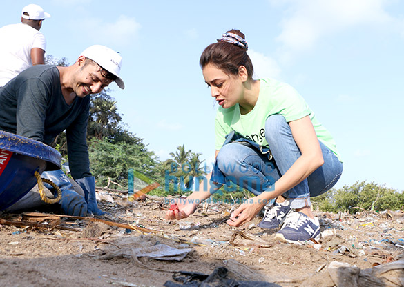 Photos: अफरोज शाह और दीया मिर्जा ने समुद्र तट के सफाई अभियान में भाग लिया
