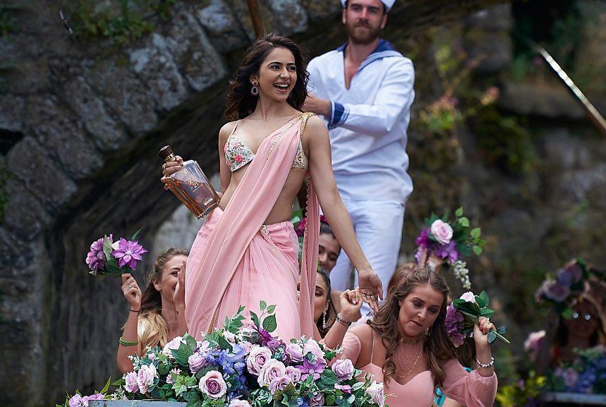 De De Pyaar De: फ़िर 'संस्कारी' हुआ CBFC, रकुल प्रीत सिंह के हाथों में शराब की बोतल की जगह थमाया फ़ूलों का गुलदस्ता ?