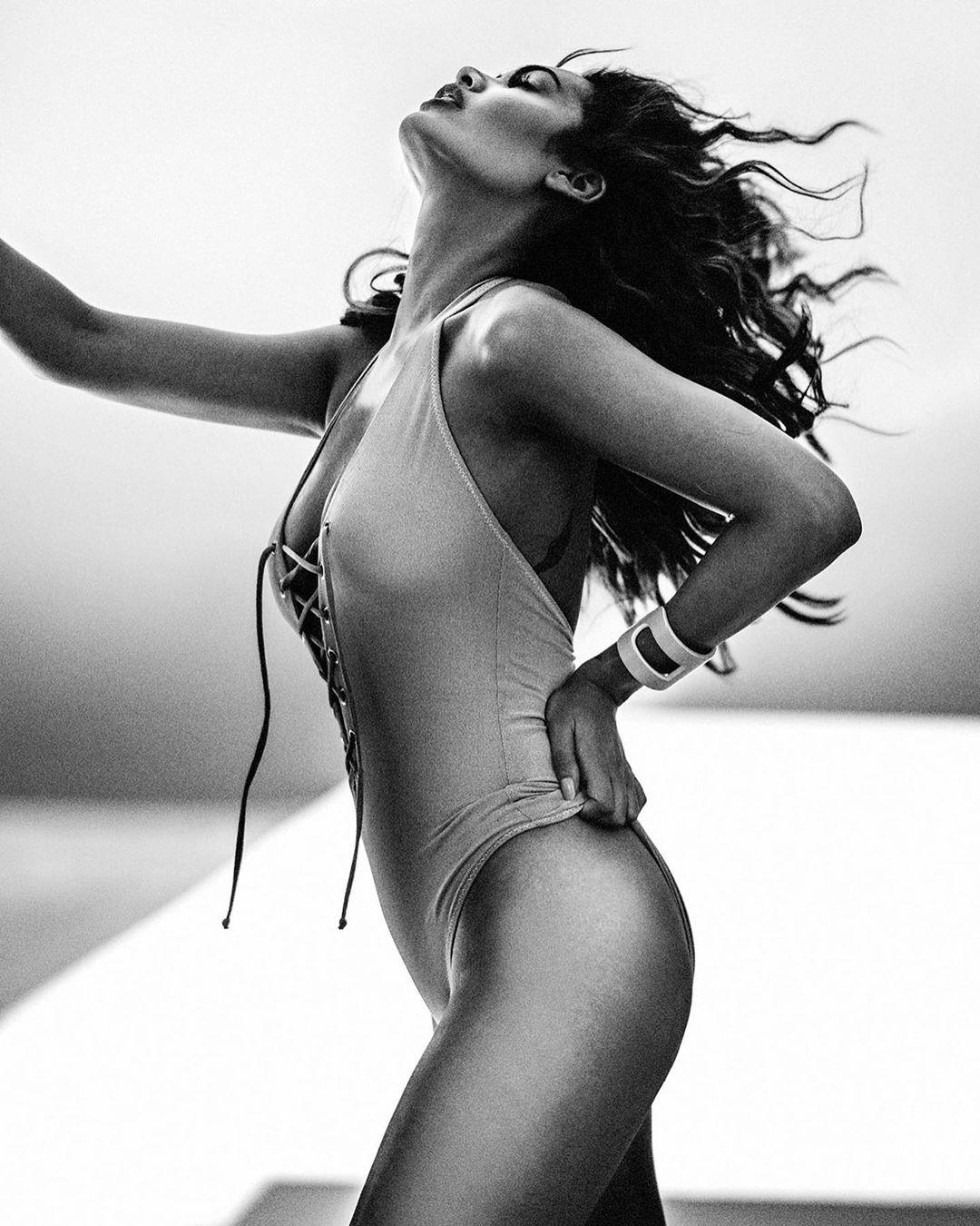 HOT! सेक्सी-विंटेज स्विमसूट में ईशा गुप्ता के बोल्ड अंदाज ने फ़िर बढ़ाया तापमान