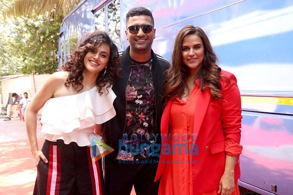 विकी कौशल और तापसी पन्नू नेहा धूपिया के साथ उनके शो BFFs with Vogue season 3 के सेट पर नजर आए