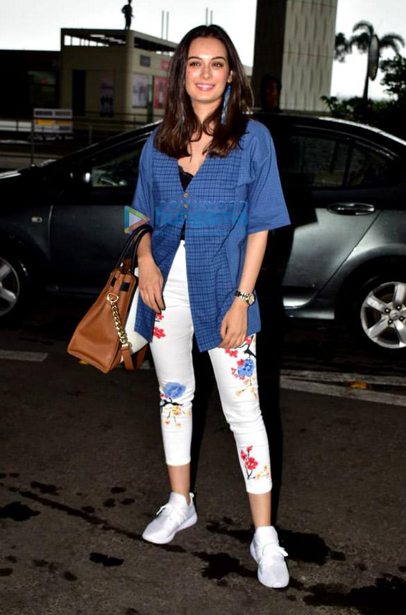 Photos: एवलिन शर्मा एयरपोर्ट पर नजर आईं