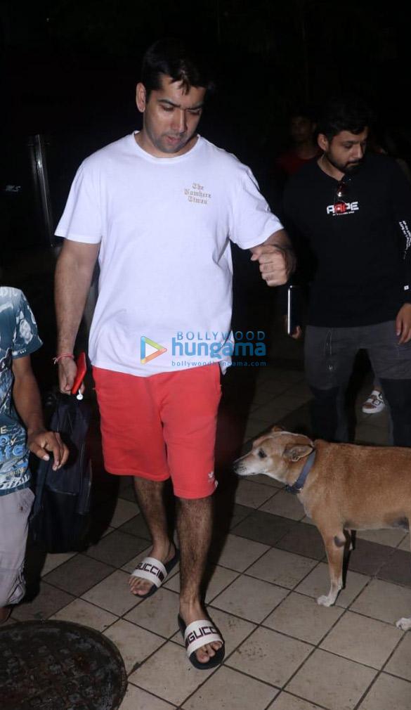 Photos: वरुण धवन, नताशा दलाल और रोहित धवन जुहू में डेविड धवन के ऑफ़िस में नजर आए