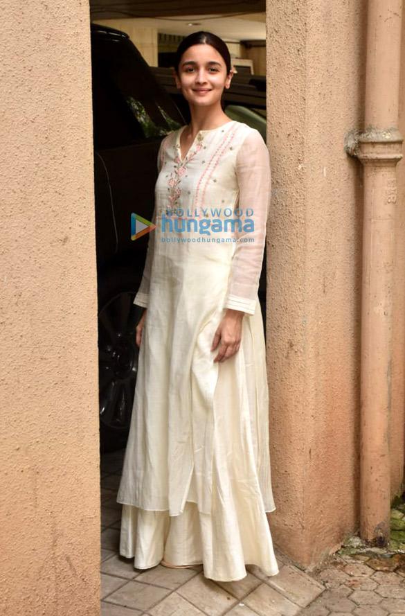 Photos: आलिया भट्ट जुहू में संजय लीला भंसाली के ऑफ़िस में मीटिंग के बाद नजर आईं