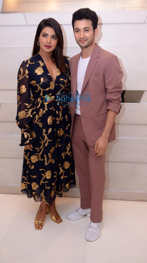 Photos: प्रियंका चोपड़ा जोनस, रोहित श्रॉफ़ और सोनाली बोस अपनी फ़िल्म द स्काई इज पिंक को दिल्ली में प्रमोट करते हुए नजर आईं