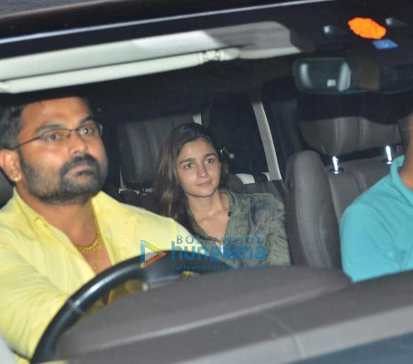 Photos: आलिया भट्ट जुहू में संजय लीला भंसाली के ऑफ़िस में नजर आईं