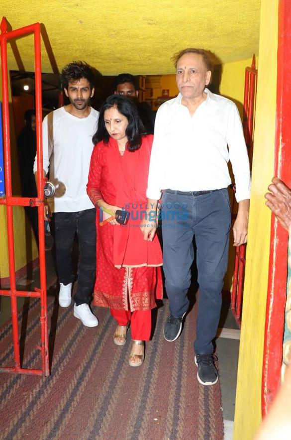 Photos: कार्तिक आर्यन अपने परिवार के साथ शनि मंदिर में नजर आए