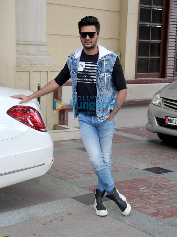 Photos: रितेश देशमुख और तारा सुतारिया अपनी फ़िल्म मरजावां को रेडियो सिटी के ऑफ़िस में प्रमोट करने के लिए पहुंचे