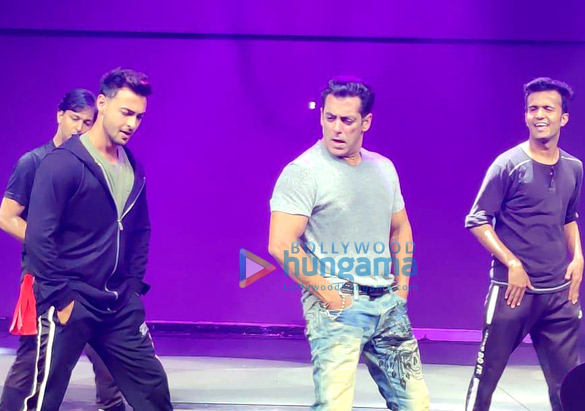 Photos: सलमान खान दबंग टूर रीलोडेड की रिहर्सल के दौरान दुबई में नजर आए