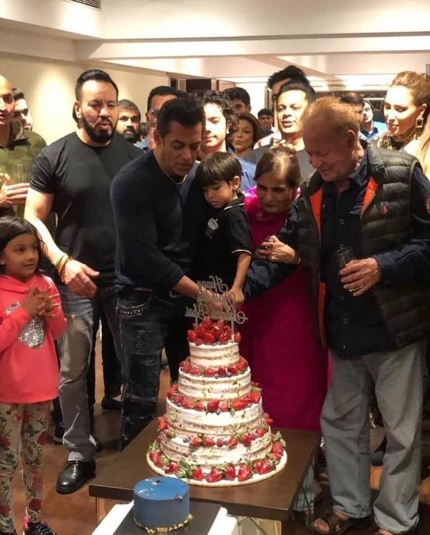 Happy Birthday Salman Khan: सलमान खान ने अपने परिवार व दोस्तों संग सेलिब्रेट किया अपना 54वां बर्थडे, देखिए पार्टी की अंदर की तस्वीरें और वीडियोज
