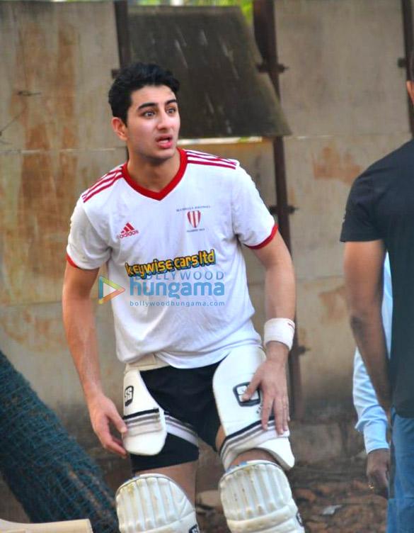 Photos: इब्राहिम अली खान जुहू में क्रिकेट खेलते हुए नजर आए