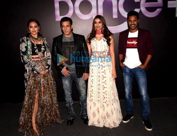 Photos: सलमान खान, सोनाक्षि सिन्हा, सई मांजरेकर और प्रभु देवा अपनी फ़िल्म दबंग 3 को डांस प्ल्स के सेट पर प्रमोट करते हुए नजर आए