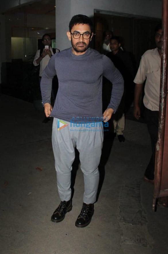 Photos: आमिर खान जुहू में नजर आए