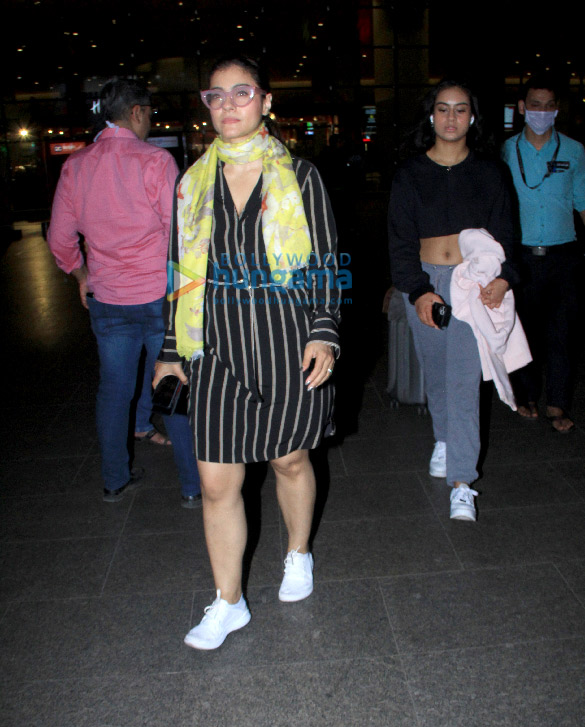 Photos: काजोल अपनी बेटी न्यासा देवगन के साथ एयरपोर्ट पर नजर आईं
