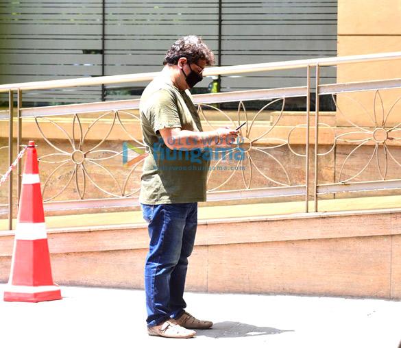 Photos: इरफ़ान खान के शव को दफ़नाने के लिए ले जाते हुए