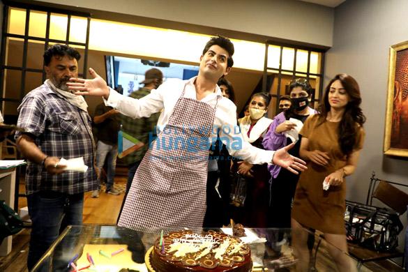 Photos: विक्रम भट्ट, संदीपा धर और कृष्णा भट्ट ने डर्टी गेम्स के सेट पर ओमकार कपूर का जन्मदिन मनाया