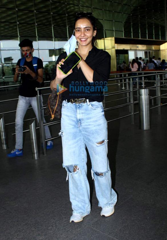 Photos: अनन्या पांडे, नेहा शर्मा, मनीष पॉल और अन्य एयरपोर्ट पर नजर आए