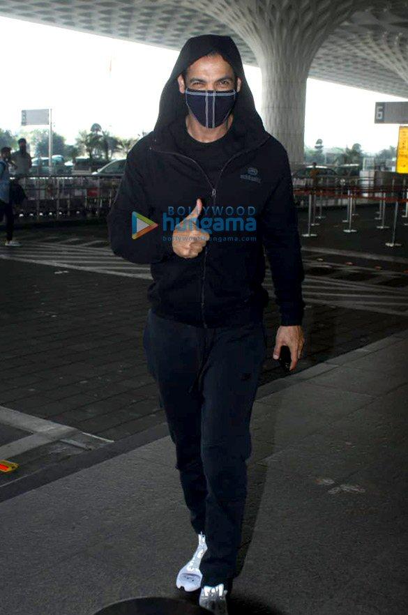 Photos: जॉन अब्राहम, नोरा फ़तेही और अन्य एयरपोर्ट पर नजर आए