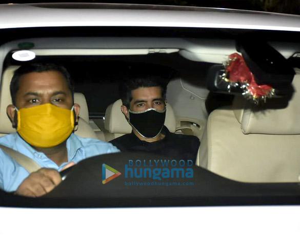 Photos: करण जौहर, मनीष मल्होत्रा, महीप कपूर और नीलम कोठारी बांद्रा में सीमा खान के घर पार्टी में नजर आईं