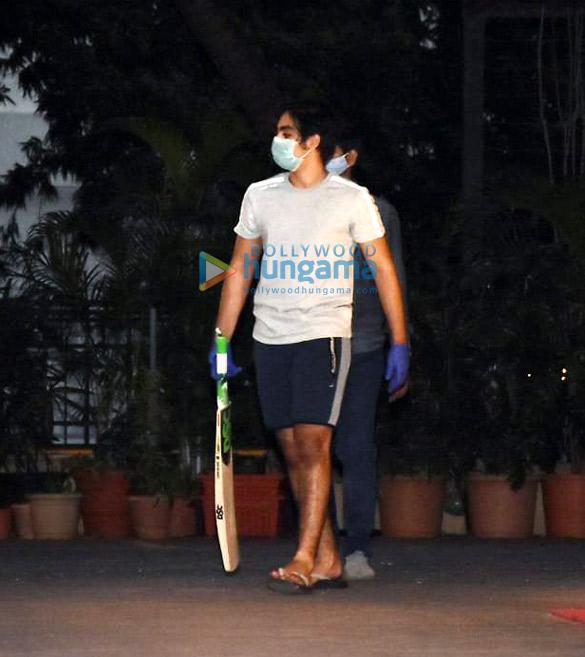 Photos: मलाइका अरोड़ा अपने बेटे अरहान खान के साथ बांद्रा में क्रिकेट खेलते हुए नजर आईं