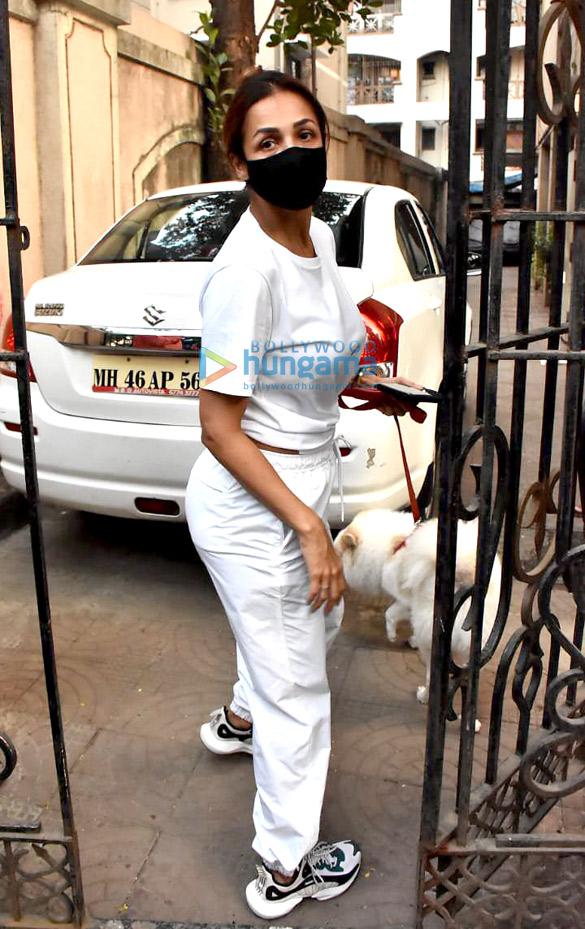 Photos: मलाइका अरोड़ा बांद्रा में अपनी मम्मी के घर नजर आईं