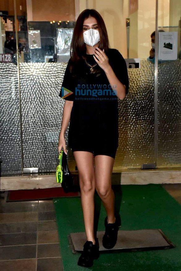 Photos: तारा सुतारोया बांद्रा में Muah salon में नजर आईं