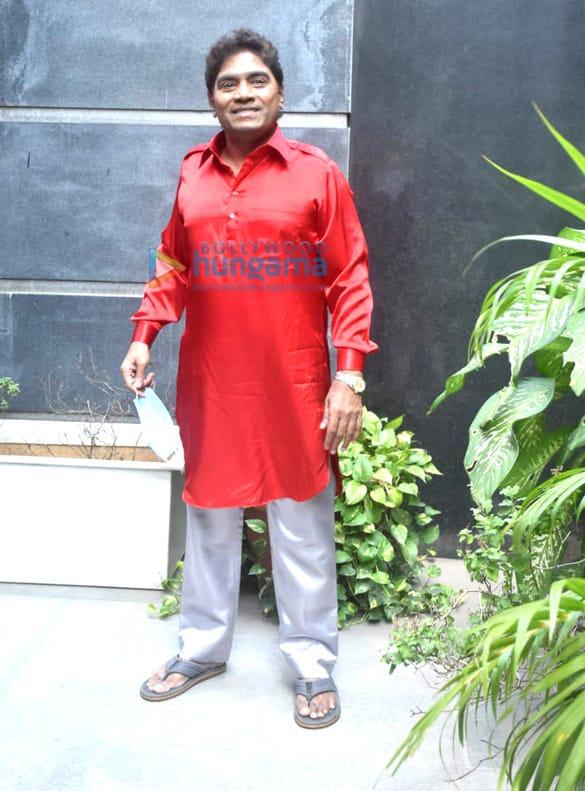 Photos: वरुण धवन, सारा अली खान, जावेद जाफ़री और अन्य कुली नंबर 1 के प्रमोशन के दौरान नजर आए