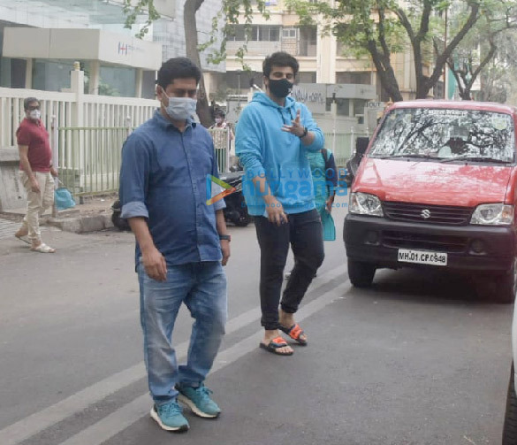 Photos: अर्जुन कपूर बांद्रा में हिंदुजा हॉस्पिटल के बाहर नजर आए