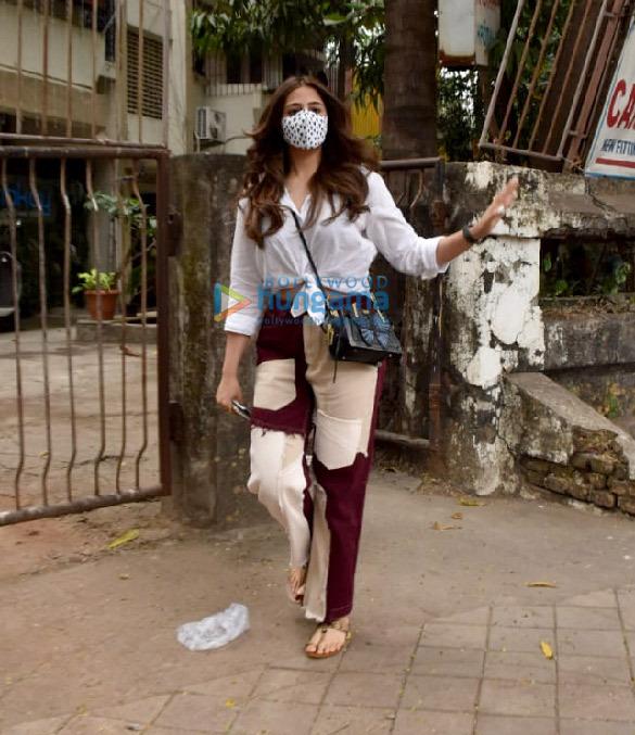 Photos: नुपुर सैनॉन जुहू के सैलॉन में नजर आईं
