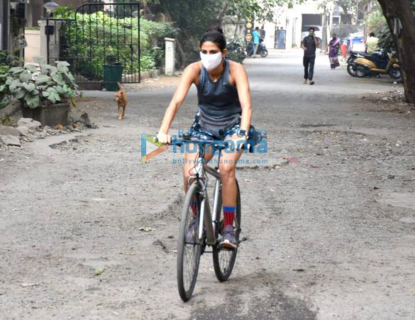 Photos: अहाना कुमरा साइकिलिंग करते हुए नजर आईं