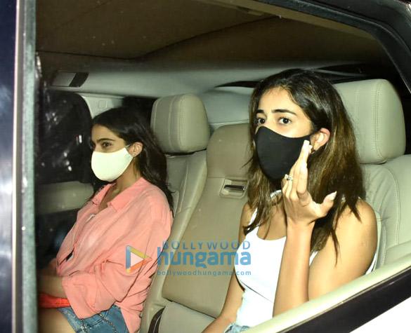 Photos: सारा अली खान, अनन्या पांडे, गौरी खान और अन्य बांद्रा में करण जौहर के घर नजर आए