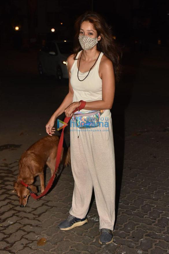 Photos: विद्या मालवदे अपने डॉगी के साथ बांद्रा में नजर आईं