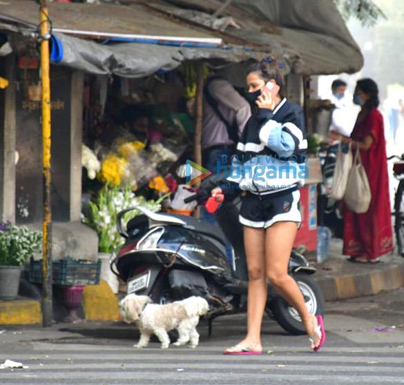 Photos: आयशा शर्मा अपने डॉगी के साथ मॉर्निंग वॉक के लिए नजर आईं