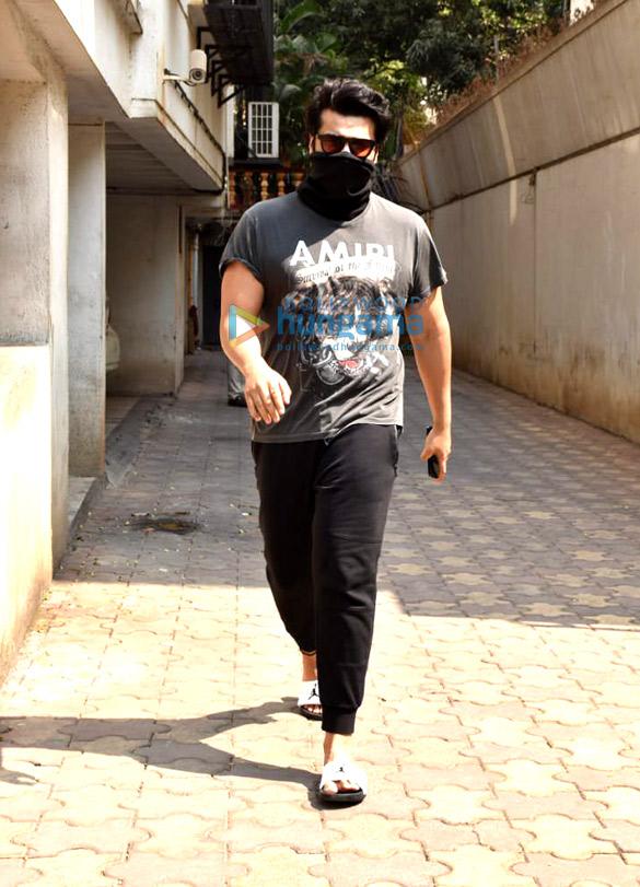 Photos: अर्जुन कपूर जुहू के एक क्लिनिक में नजर आए