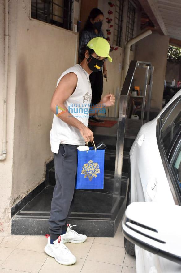 Photos: ईशान खट्टर बांद्रा में मैट्रिक्स ऑफिस में नजर आए