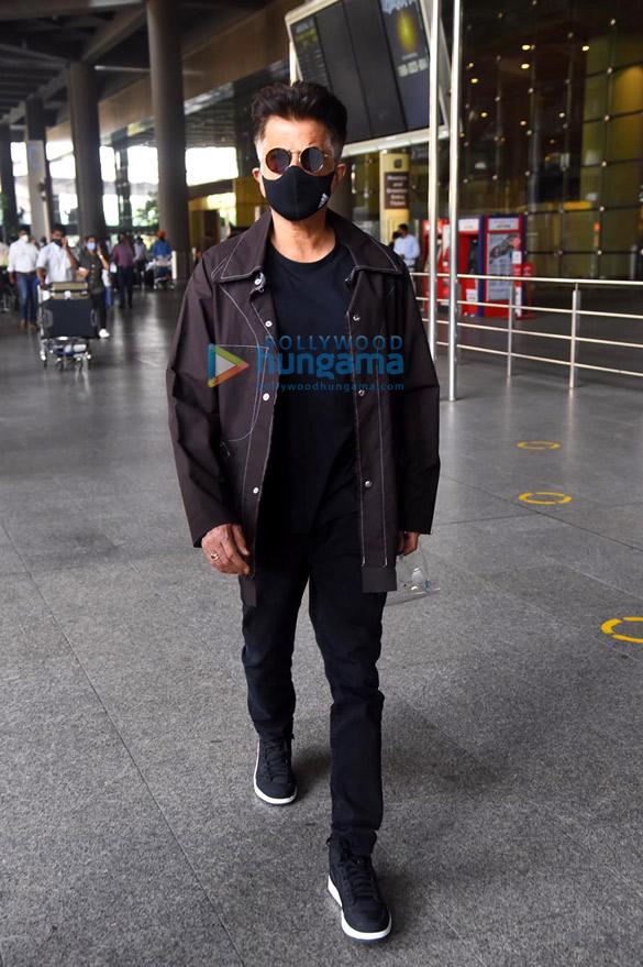 Photos: जान्हवी कपूर, अनिल कपूर, करिश्मा तन्ना और अन्य एयरपोर्ट पर नजर आईं