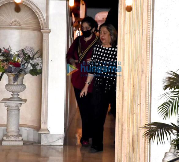 Photos: रणबीर कपूर, आलिया भट्ट, सैफ अली खान, करीना कपूर खान और अन्य चेंबूर में राजीव कपूर के घर पर नजर आए