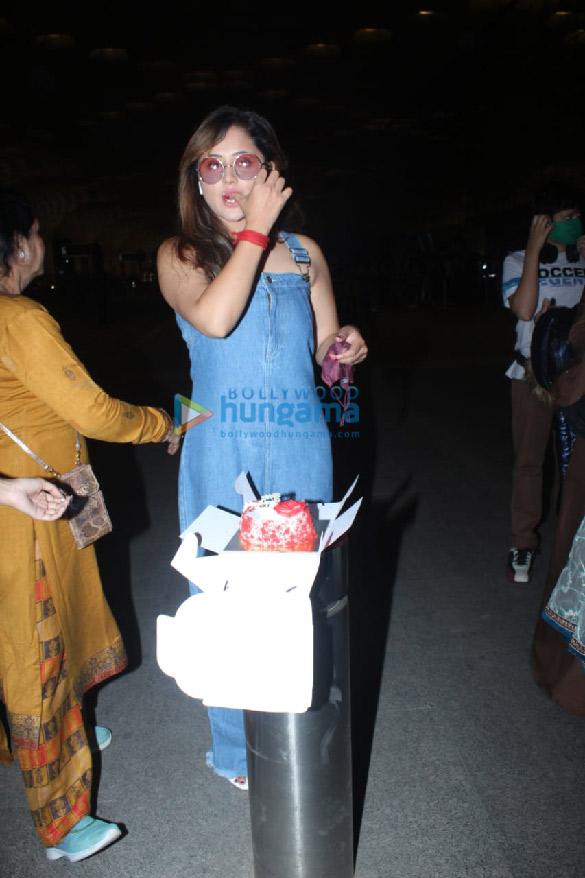 Photos: रश्मि देसाई ने एयरपोर्ट पर मनाया अपना जन्मदिन