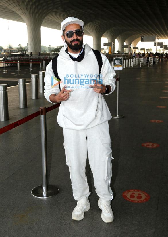Photos: कंगना रनौत, सान्या मल्होत्रा, आयुष्मान खुराना, कार्तिक आर्यन और अन्य एयरपोर्ट पर नजर आए