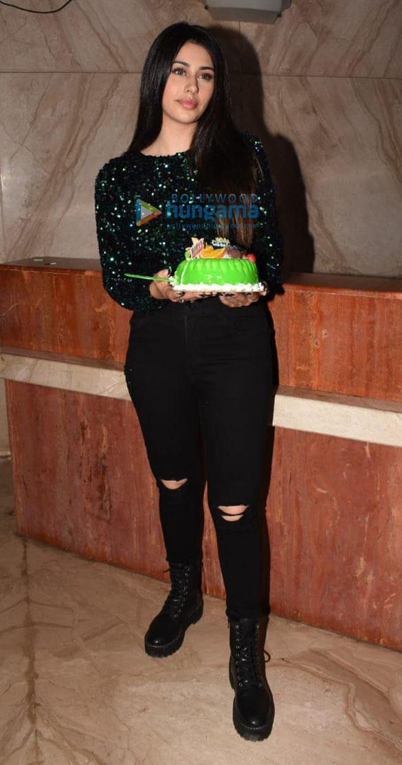 Photos: वारीना हुसैन आज अपने जन्मदिन पर Cineriser Digital Media office में नजर आईं