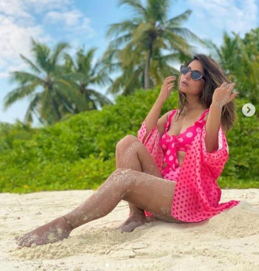 पोलका डॉट्स बिकिनी में हिना खान ने अपने सेक्सी पोज से बढ़ाया तापमान