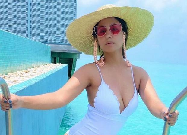 हिना खान ने हाईवेस्ट बिकिनी बॉटम में हॉटनैस के साथ एंजॉय की बीच लाइफ़