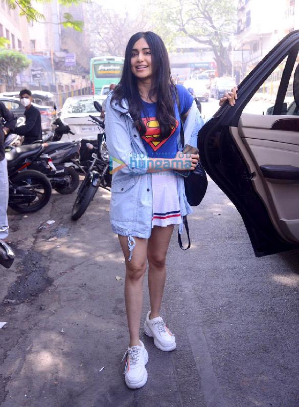 Photos: अदा शर्मा बांद्रा में नजर आईं