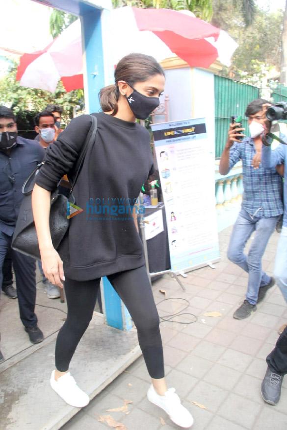 Photos: दीपिका पादुकोण बांद्रा में शूट के बाद नजर आईं