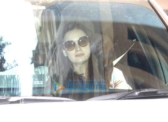 Photos: दीया मिर्जा बांद्रा में नजर आईं