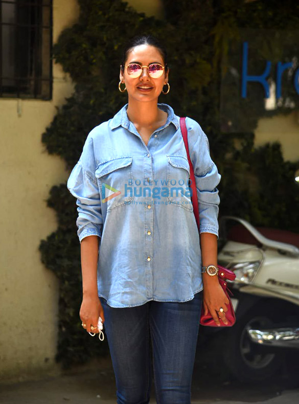 Photos: ईशा गुप्ता जुहू में क्रोमाके सैलॉन में नजर आईं